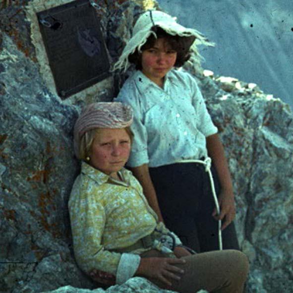 1981г. на в. Борцов за мир_2б Мария сидит